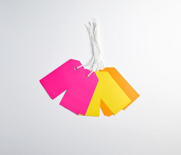 長方形の紙のピンク、物事のための黄色とオレンジのタグ