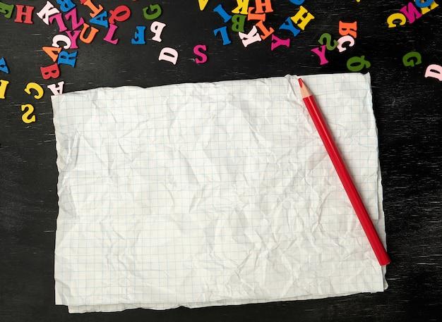 Мятый лист бумаги из школьной тетради в клетку