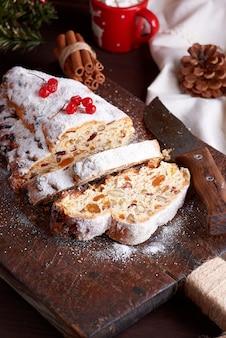 伝統的なヨーロッパのシュトーレンケーキ、ナッツと砂糖漬けのフルーツ