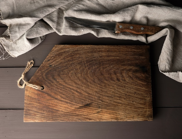 古い木製キッチンまな板と灰色のタオル