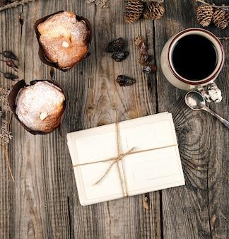 Старые бумажные открытки на веревке и керамическая кружка с черным кофе