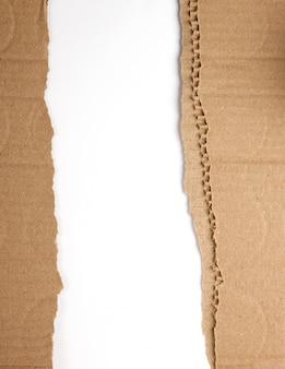 箱から出た茶色の紙、破れた端