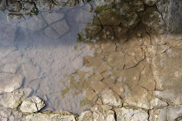 路上の水たまり、濡れた灰色のセメント