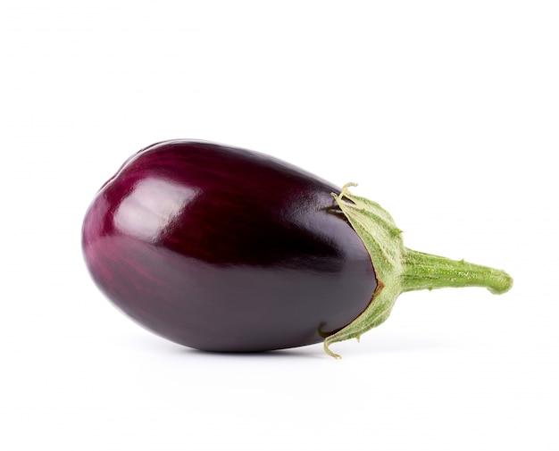 白で隔離される緑のベースと全体の紫色の新鮮なナス