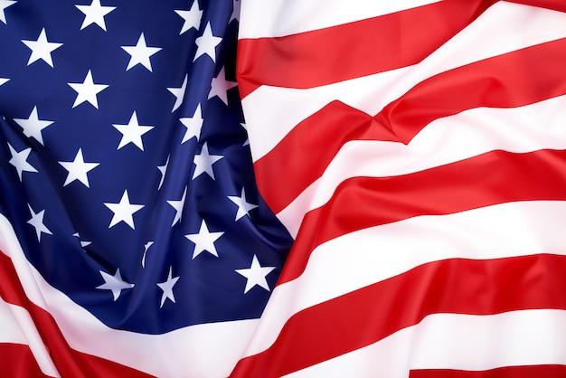 Национальный текстильный флаг соединенных штатов америки, поверхность в волнах. день независимости