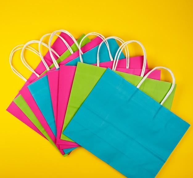 Разноцветные бумажные сумки с белыми ручками