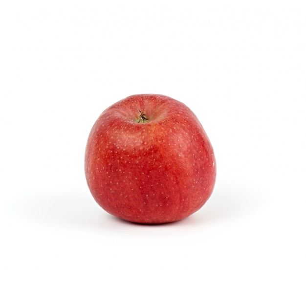 Спелое красное круглое яблоко на белом, осенний урожай
