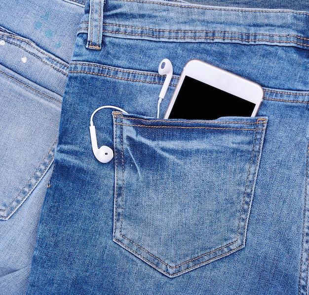 Белый смартфон с наушниками