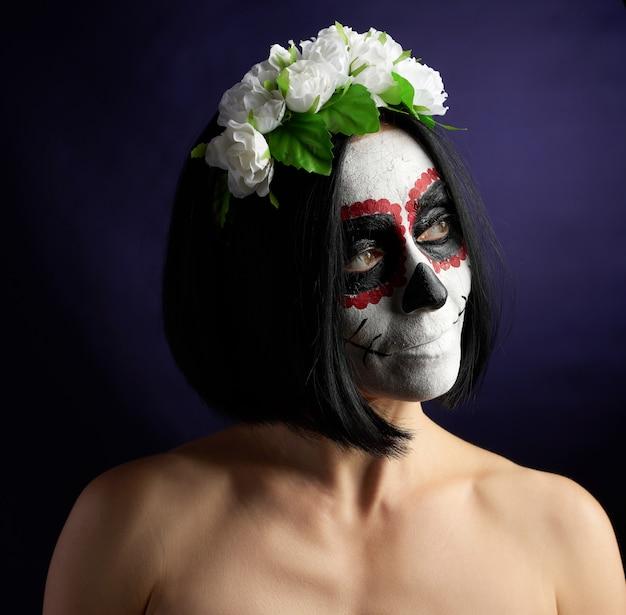 伝統的なメキシコの死のマスクを持つ美しい少女。カラベラカトリーナ。
