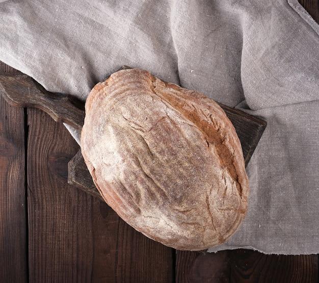 木製のまな板にライ麦粉から作られた焼きたての楕円形のパン