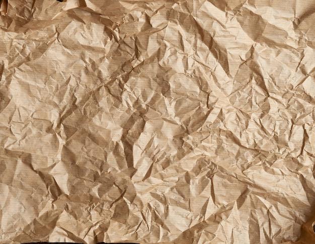 Мятая коричневая пергаментная бумага для выпечки, полный кадр