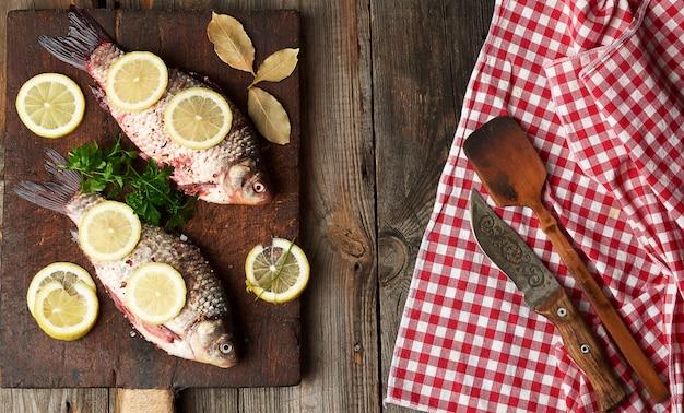 新鮮なフナ魚のスパイスとレモンを振りかけた