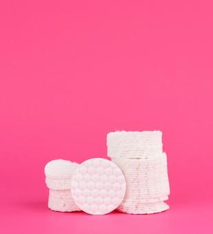 化粧品の手順のための白い綿の丸いディスクのスタック