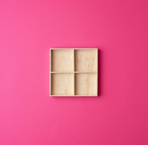 小さなもの用のストレージセルに分割された正方形の木箱