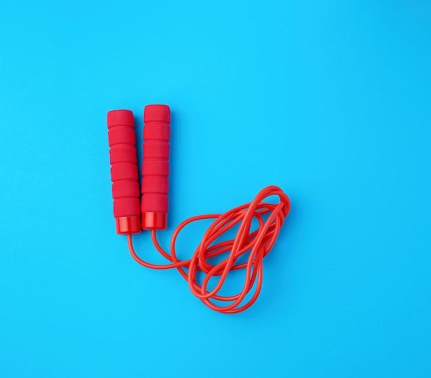 Красная веревка для спорта на синем
