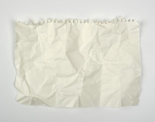 しわくちゃのノートから引き裂かれた紙を丸めて空白の白い長方形シート