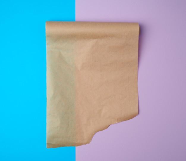 Развернул рулон коричневой пергаментной бумаги