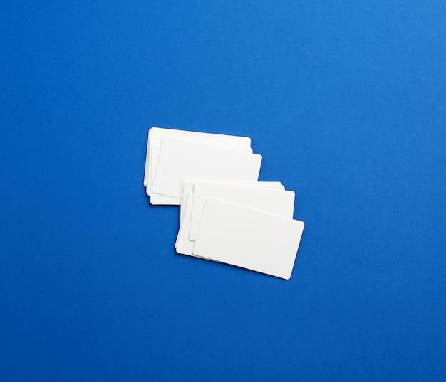 青の長方形の白い空白の名刺のスタック