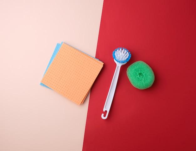 Предметы для уборки дома: щетка, разноцветные губки для пыли