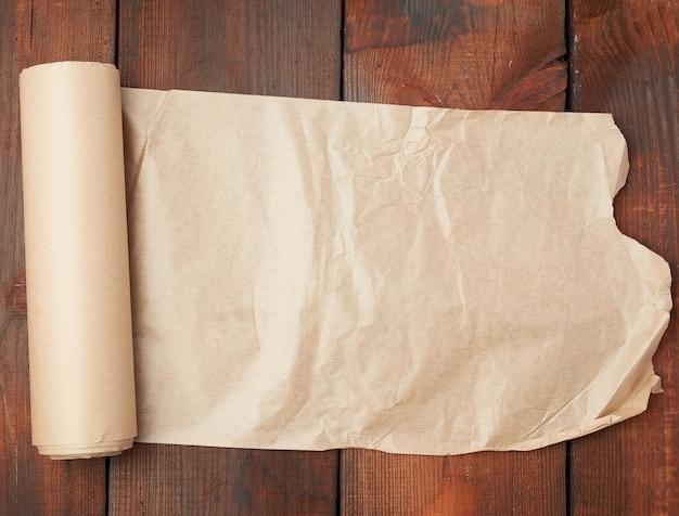 木製の表面にねじれのない茶色の紙のロール