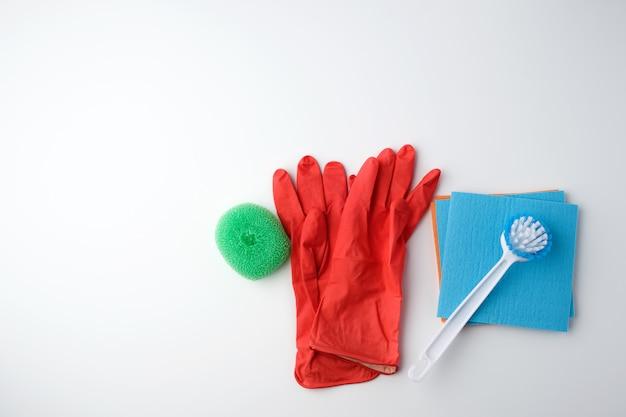 Предметы для уборки дома. перчатки, щетка и губки для пыли