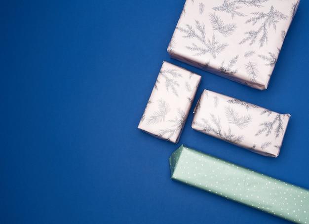 Подарки, завернутые в цветную бумагу на синем
