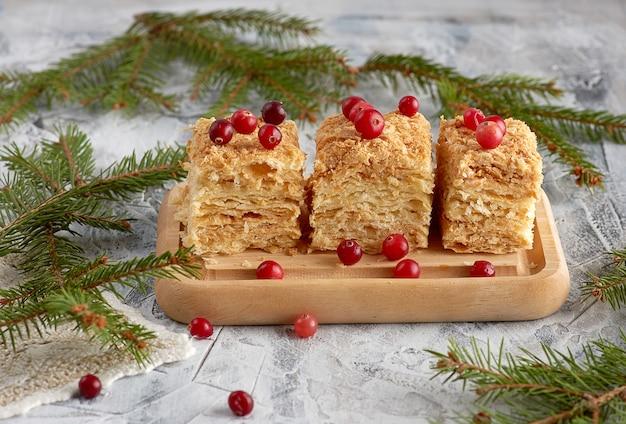 木の板にバタークリームとケーキナポレオンの焼き層の部分