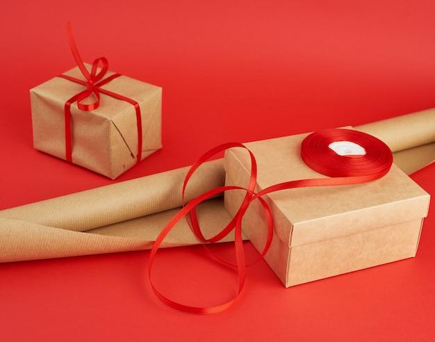 Рулон оберточной бумаги для упаковки, бобина с красной лентой