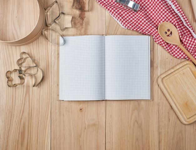 空白のノートブックを開くと木製キッチンアクセサリー