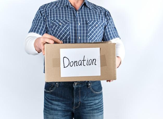 碑文の寄付と茶色の紙箱を持ってカジュアルな服装の男