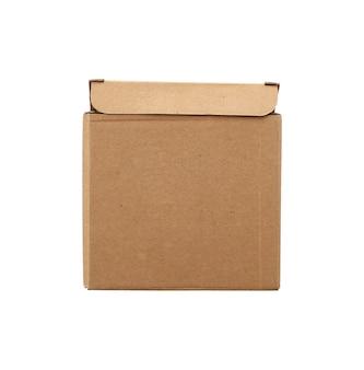 Коричневая квадратная картонная коробка для перевозки товаров изолирована
