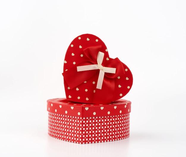 Красная коробка в форме сердца с бантом