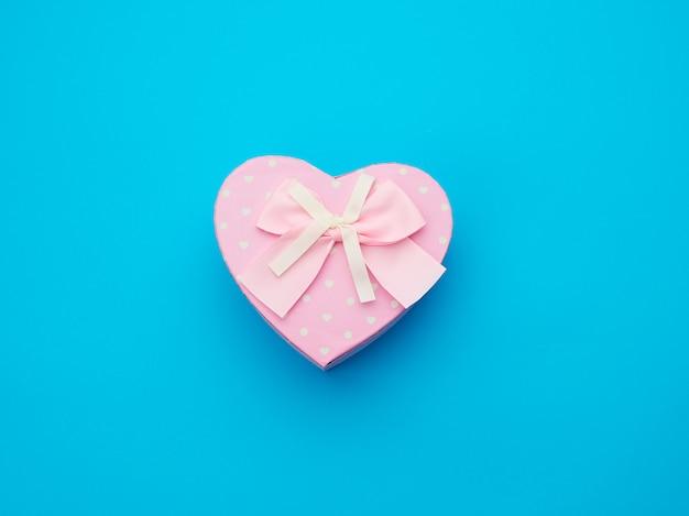 Розовая подарочная коробка в форме сердца с бантиком
