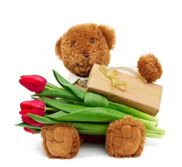 Коричневый мишка держит коробку в коричневой крафт-бумаге