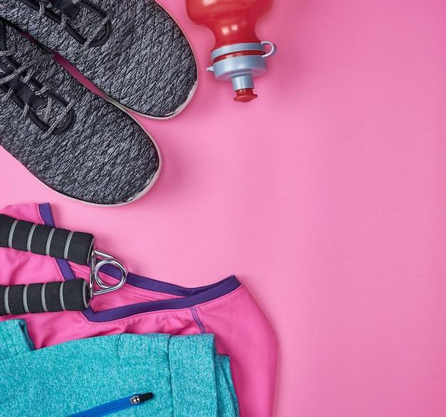 Черная текстильная обувь и другие предметы для фитнеса