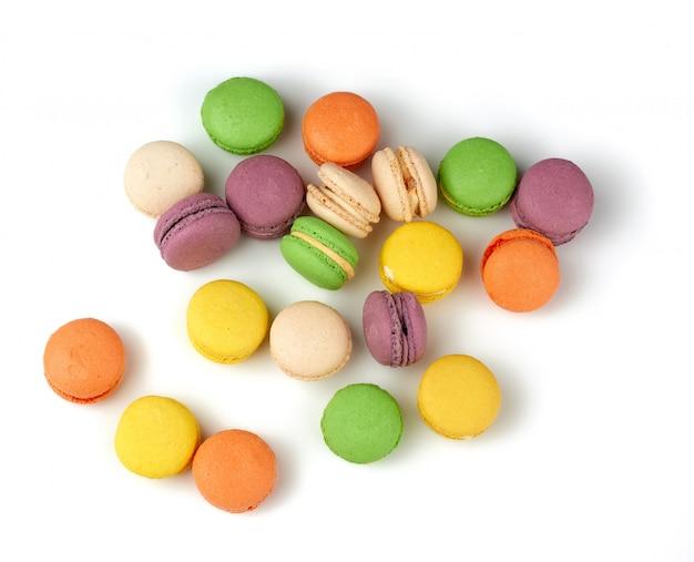Круглые печеные разноцветные миндальные пирожные с макаронами
