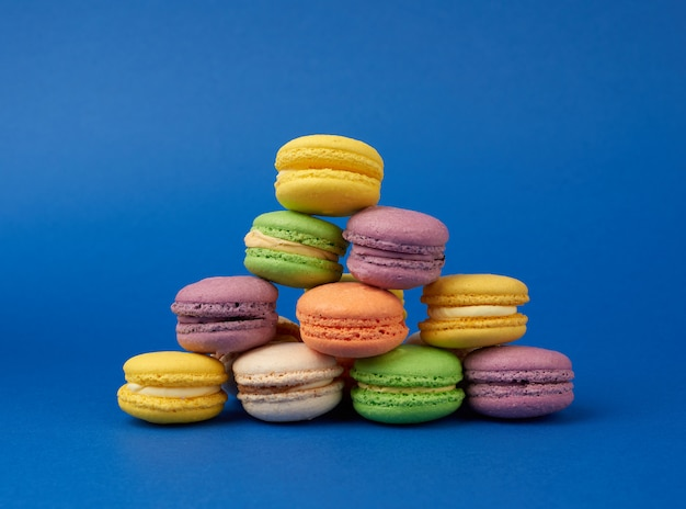 Стопка разноцветных круглых печеных пирожных с макаронами