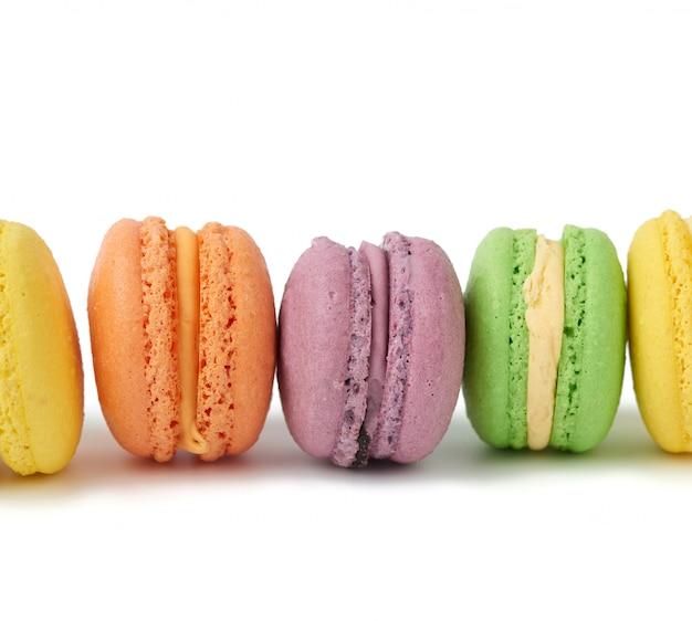 Разноцветные круглые печеные пирожные с макаронами