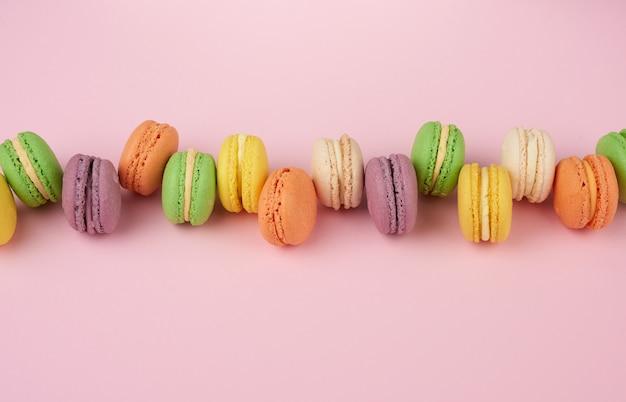 Множество разноцветных пирожных с макаронами