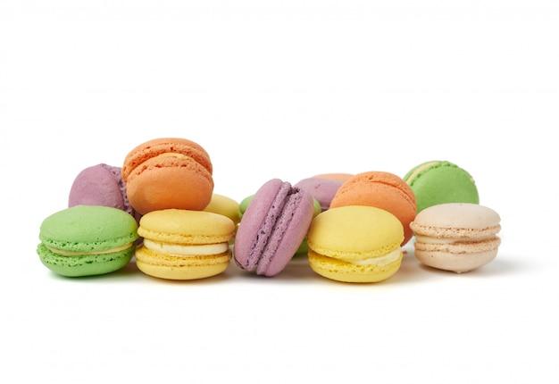 Круглые печеные разноцветные миндальные пирожные, макароны, десерт