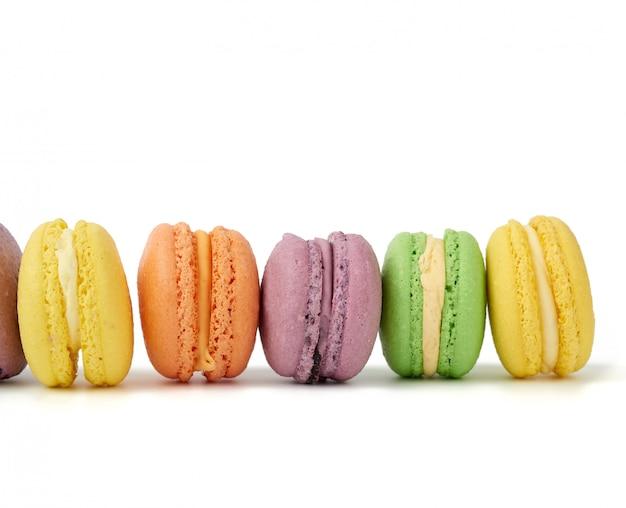 Разноцветные круглые печеные пирожные