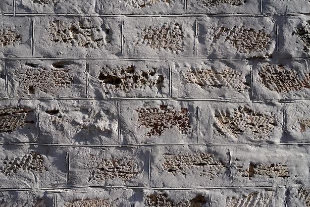 灰色のセメントで固定された黄色の長方形の石の壁