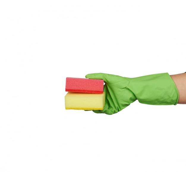 手のひらのキッチンスポンジ、皿洗い用の緑色の手袋を着用