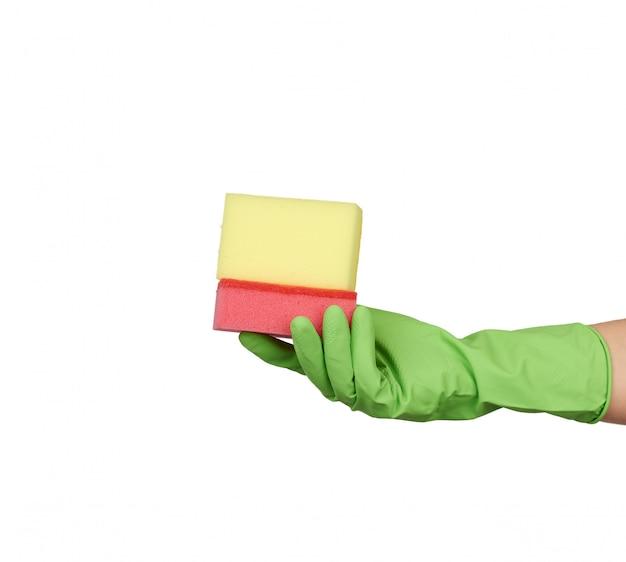 Носить зеленые перчатки для мытья и мытья посуды, красные и желтые кухонные губки