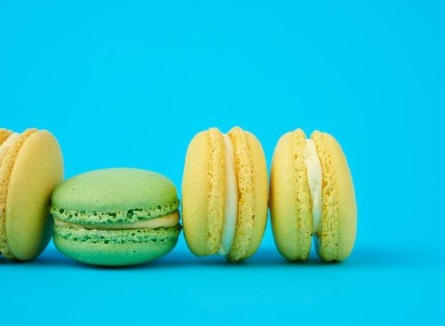 Желто-зеленые круглые миндальные мучные пирожные макароны со сливками