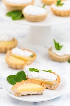 Домашние лимонные творожные тарталетки с безе, листьями мяты и цветами