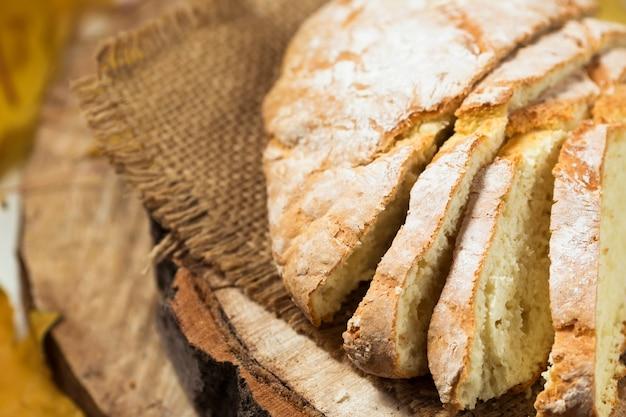 木製の自家製小麦パン