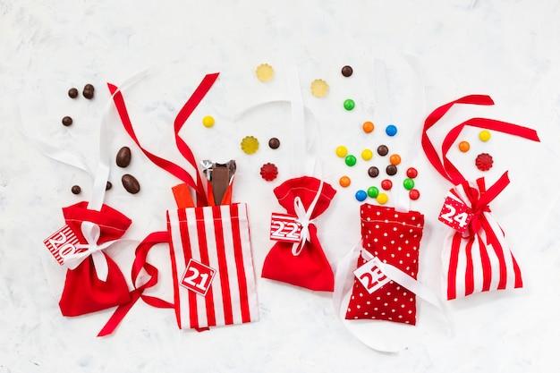 Рождественские украшения. конфеты для подарочного календаря. сладкие подарки для детей