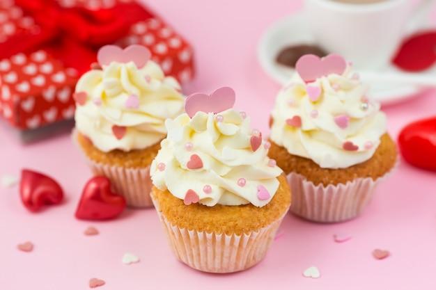バレンタインデーのお菓子、ピンクのハートが飾られたカップケーキ