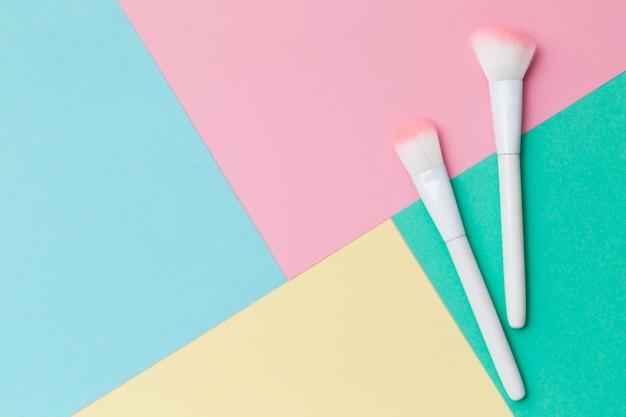 Кисти для макияжа на красочные. цвет блока фон с пустым пространством